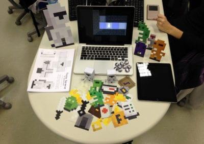 Criação e produção do material de divulgação de projeto (displays, bottons e paper toy) apresentados no curso de Jogos Digitais no Centro Tecnológico Positivo, em Curitiba/PR (NotDog)